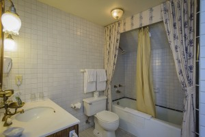 Mendocino Hotel and Garden Suites - Guest Bathroom